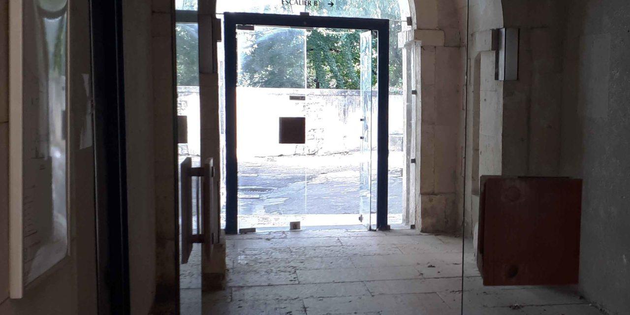 Une députée et des citoyens demandent le report de la vente des annexes rue du Cloître